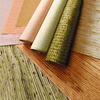 Виды обоев для стен: бумажные, виниловые, флизелиновые.
